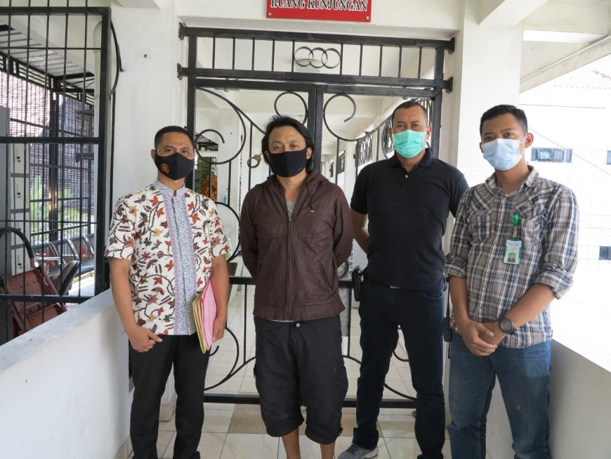(Dua dari kiri), terpidana Dion Meiriono saat berada di Cabang Rutan Kelas I Surabaya, Kejati Jatim /Ist