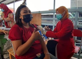 Vaksinasi Covid-19 bagi pedagang pasar di Surabaya /Bicara Surabaya