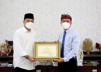 Kajari Tanjung Perak, I Ketut Kasna Dedi (kanan), saat menerima penghargaan dari Wali Kota Eri Cahyadi /Ist