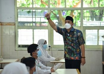 Wali Kota Eri Cahyadi, saat menjadi guru dalam simulasi pembelajaran tatap muka di SMP Negeri 1 Surabaya /Ist