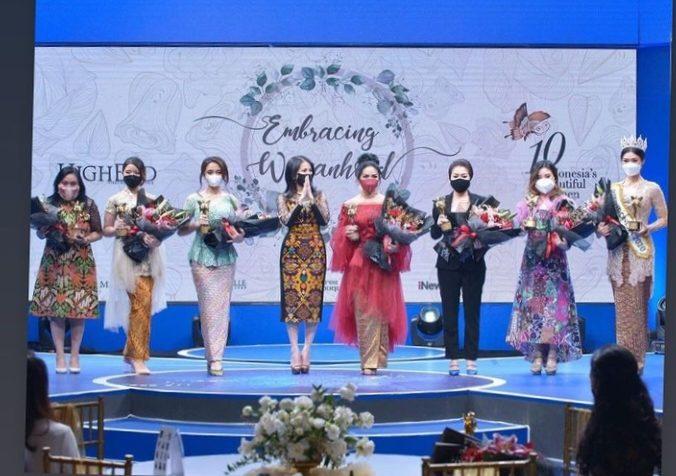 Rucita Permatasari saat menerima penghargaan Indonesia's Beautiful Women (IBW) 2021/ist