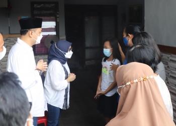 Wali Kota Eri saat mengunjungi rumah korban awak KRI Nanggala-402/ist